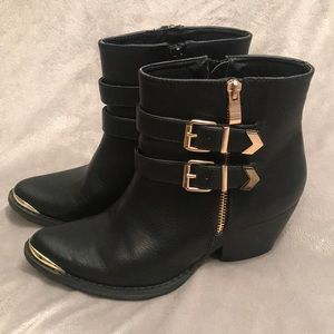 BLACK LOW ANKLE BOOT GOLD SPIKED ZIPPER TOE SZ 7